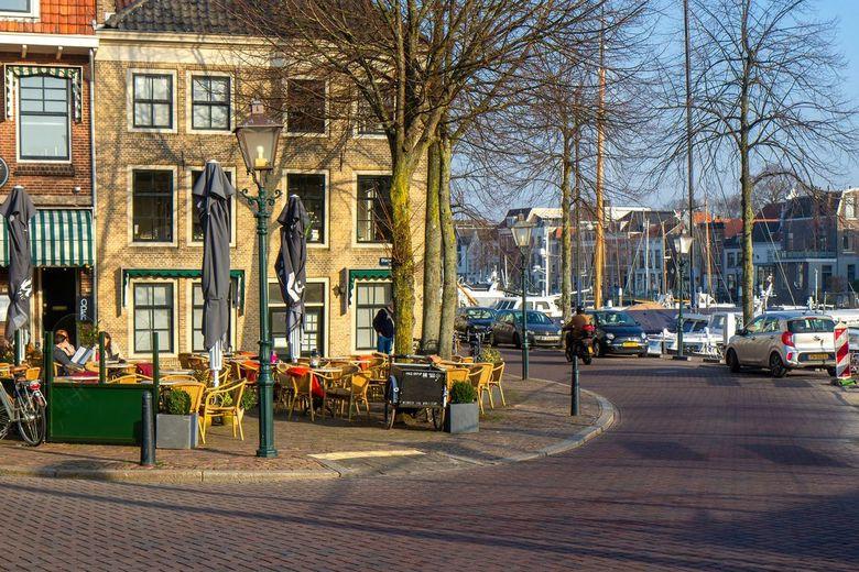 Terras aan de haven - Op één van de mooiste hoekjes van Dordrecht aan de haven, ligt restaurant Lef. Uitzicht op de Nieuwe haven en de voorbij varende