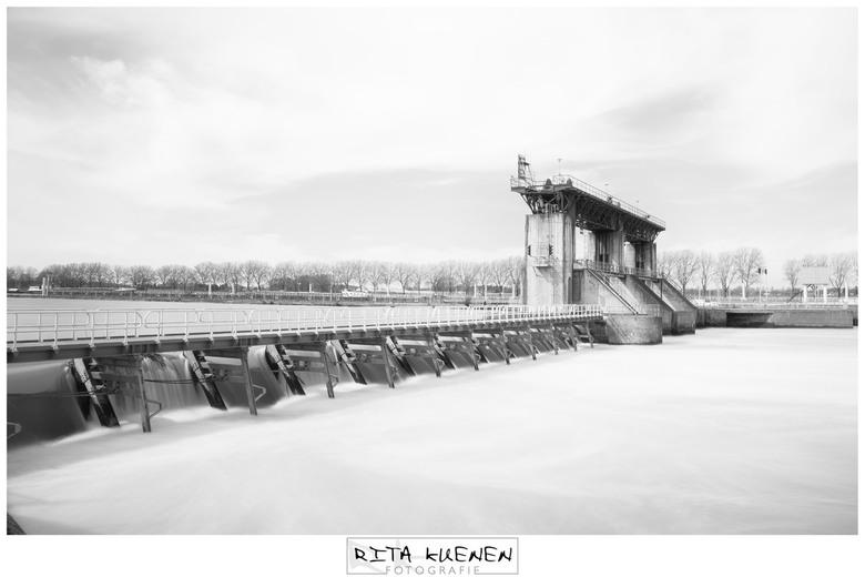 Stuw Belfeld - De stuw en het sluizencomplex van Belfeld vormt een geheel van waterwerken ter regulering van de Maas in de Nederlandse provincie Limbu