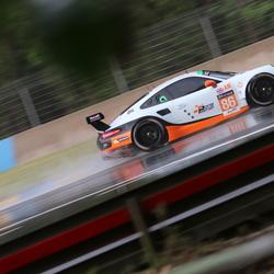 Porsche 911 RSR door de regen op Le Mans