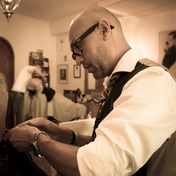 Barbier aan het werk - knippen en scheren