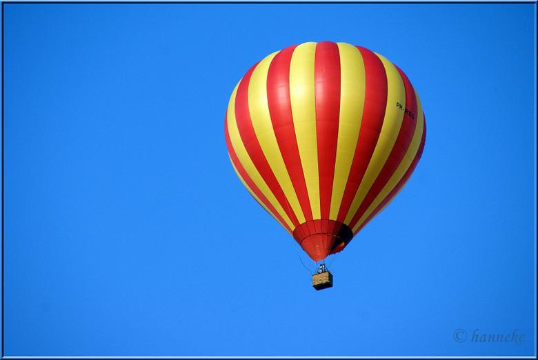 Freedom..... - Laag overzwevende luchtballon boven Schalkhaar.<br /> Heerlijke primaire kleuren met die knijterblauwe lucht! hihi