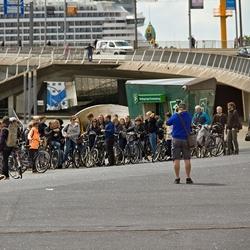 Een groep jonge fietsers op de foto.