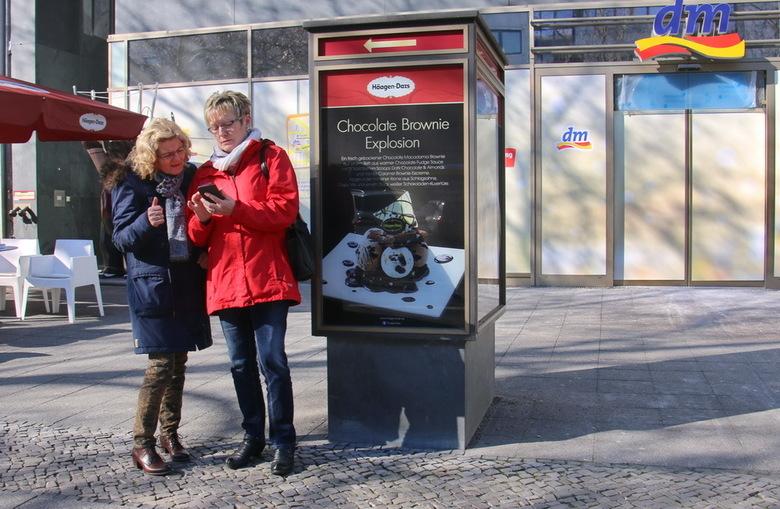 Berlijn -gsm - Meid, moet je kijken oe leuk ons kleinkind is....