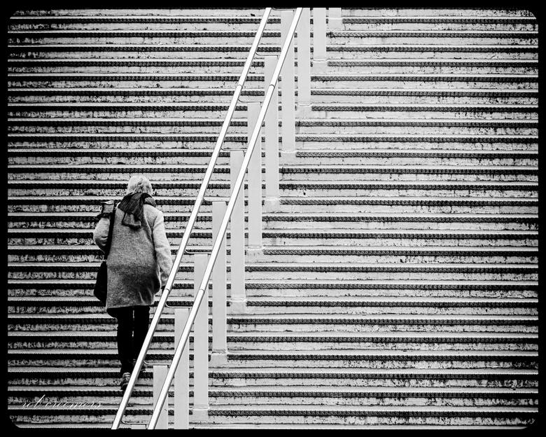 upstairs - Opname van een vrouw die de trap naar de fietsbrug oploopt in Maastricht.