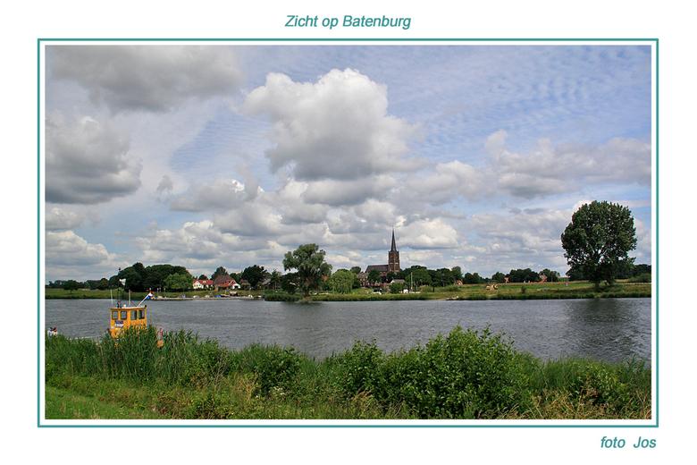 Zicht op Batenburg - Aan de overkant van de maas het historisch stadje Batenburg. Zeer de moeite waard om er eens rond te wandelen en een lekker bakki