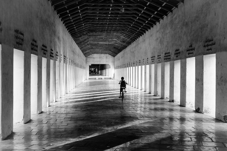 Colonnade - Deze colonnade, of zuilengang is de toegang naar de Shwezigon Pagoda in Bagan in Myanmar.<br /> <br /> Fijne dag.<br /> Groet Kees