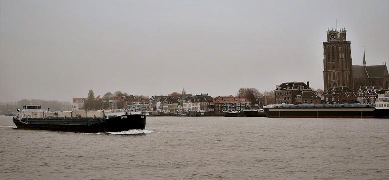 Gezicht.... - ....op Dordrecht met de scheve Dordse Dom,vandaag genomen om de somberheid van deze dag te laten zien.  <br />