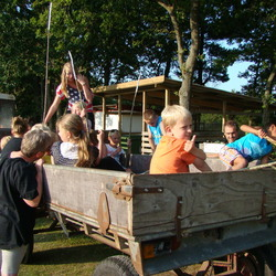 Kinderen in kar achter tractor