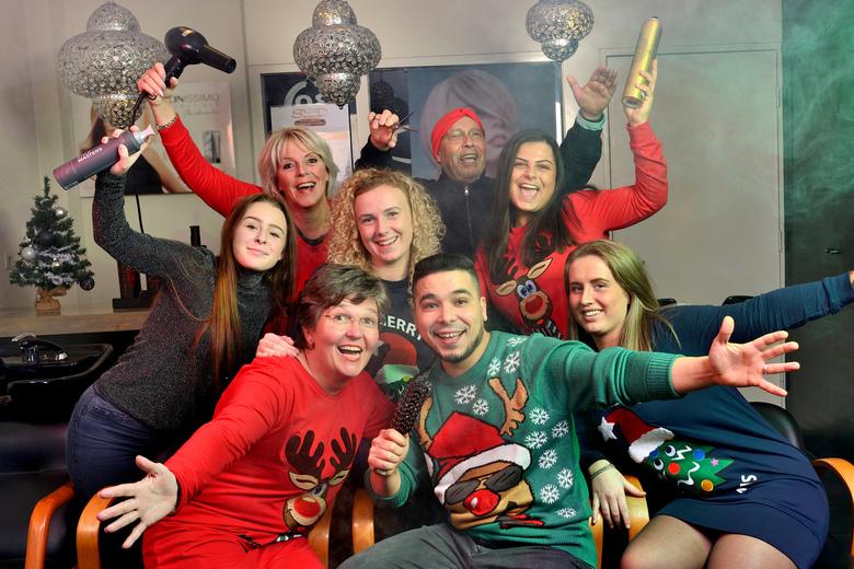 Saoedkerst - Dit was leuk! Een groepsfoto maken met foute kersttruien. Rookmachine en 4 flitsers erin gegooid. Twee hoofdlichten voor en twee reportag