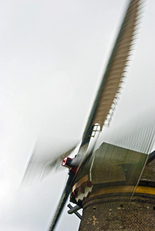 Lustig - Deze watermolen in Kinderdijk stond keurig op de wind. De wieken maakten een enorm kabaal. Geprobeerd om de snelheid van de wieken weer te ge