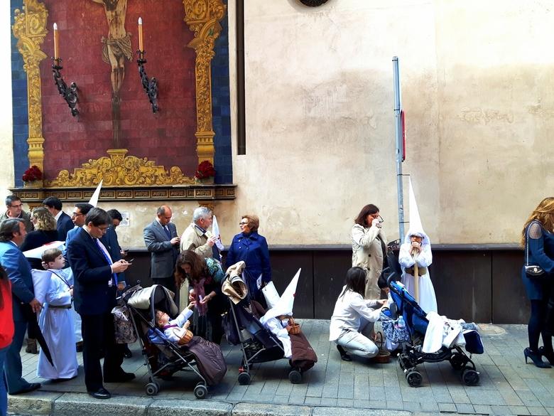 Semana Santa - Semana Santa...een onverwacht cadeautje tijdens onze steentrip naar Sevilla. De hele stad vol met Nazarenas (boetelingen) en de hele we