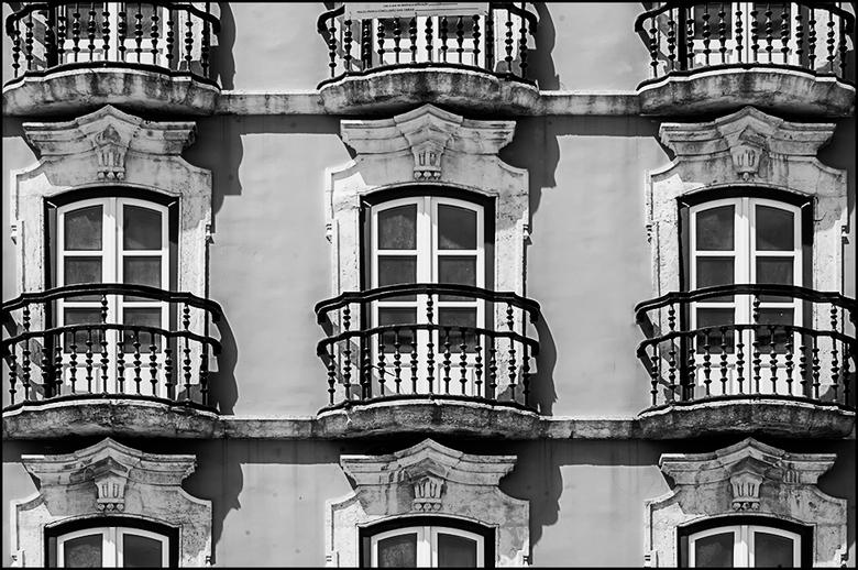 Lissabon 43 - Het mooie van de oude historische gebouwen in een stad als Lissabon is dat het een mooi beeld geeft van het financiële tijdperk waarin d