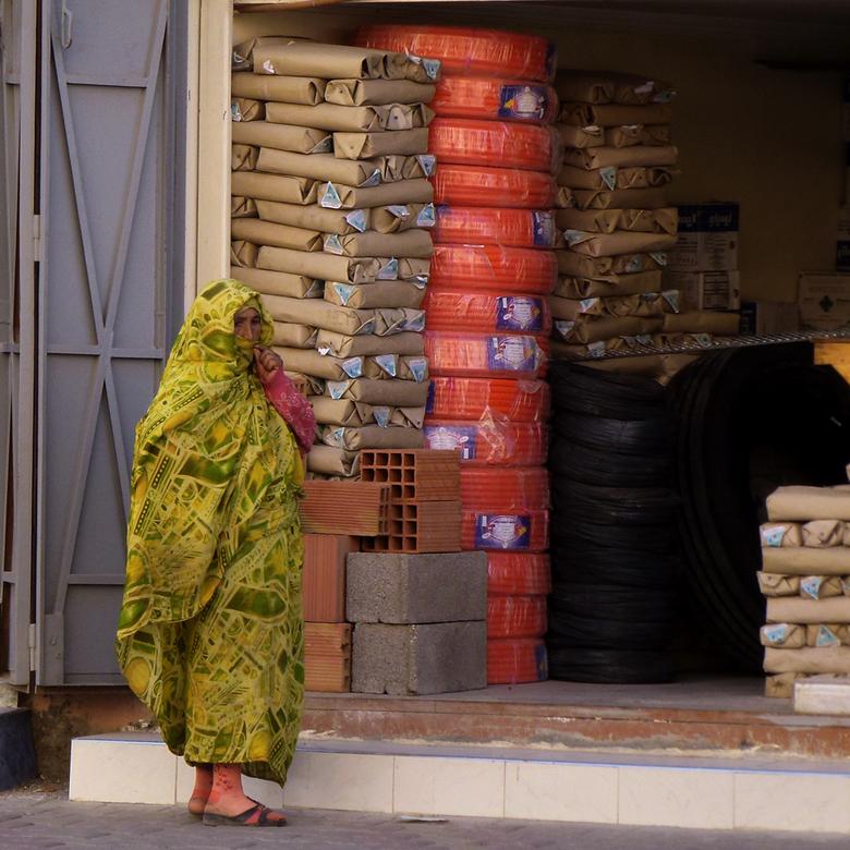 Not amused - In het zuiden van Marokko (tussen Agadir en Tafraoute), ligt een klein dorp Ait Baha. Zittend op het terras tussen alle heren dronken we