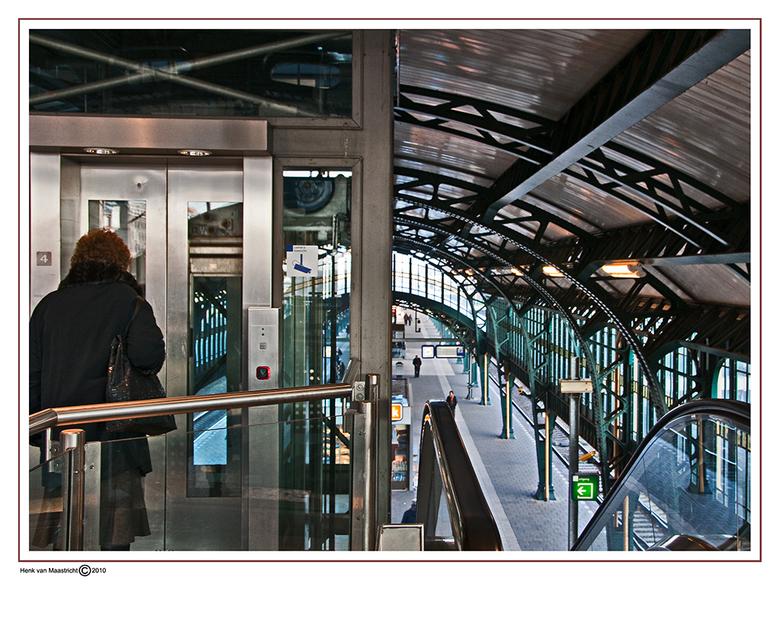 Station 15 - Aan alles is gedacht trappen,roltrappen zelfs een lift,behalve gas voor de wissels.