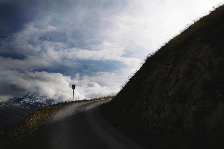 Road to absolutely nowhere. - Oostenrijk, 2800 meter hoogte, prachtig licht.