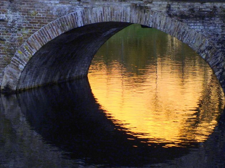 Oud metselwerk - Kasteelbrug met gracht.