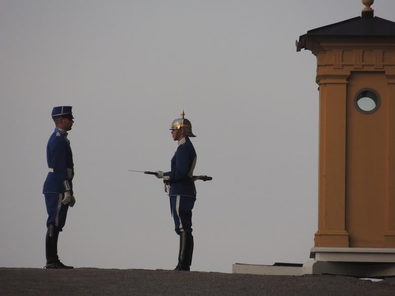 de wacht - een soldaat houd de wacht bij het paleis in stockholm.