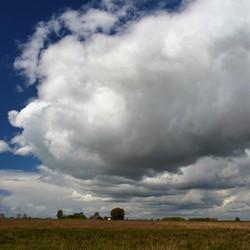 Wolkenpracht boven landschap Tiengemeten
