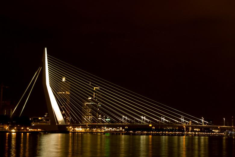 Erasmusbrug  - Dit is een foto van de Erasmusbrug in Rotterdam 's avonds genomen