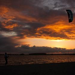 Kitesurfing bij ondergaande zon