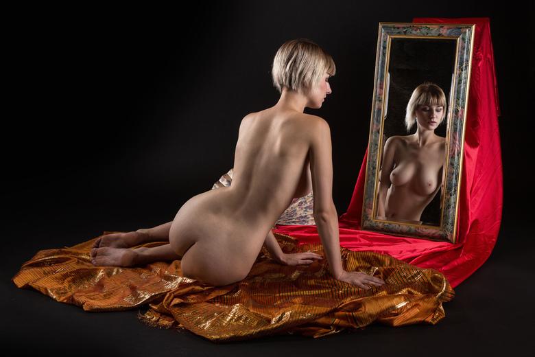 mirror - Sara Scarlet