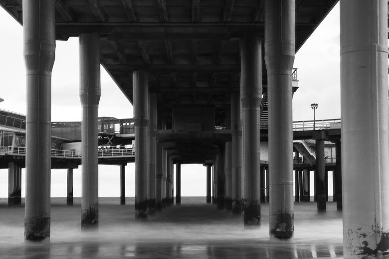 De pier van Scheveningen - Onder de pier de zee fotograferen met een lange sluitertijd