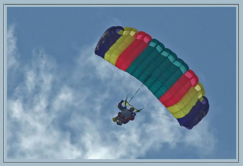 Parachutespringen in Oostwold. - Ik ben gisteren naar Oostwold, prov. Groningen geweest.<br /> Er wordt daar parachute gesprongen.<br /> <br /> Lij