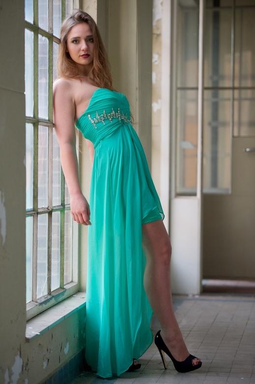 Lady with the green dress II - Dit is een andere opname die ik maakte met dit model op deze fraaie locatie.<br /> <br /> Gebruik gemaakt van invalle