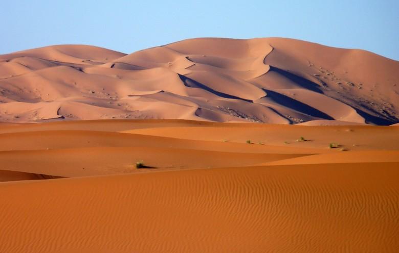 Zandduinen Erg Chebbi Marokko - Het avondlicht geeft de zandduinen prachtige kleuren