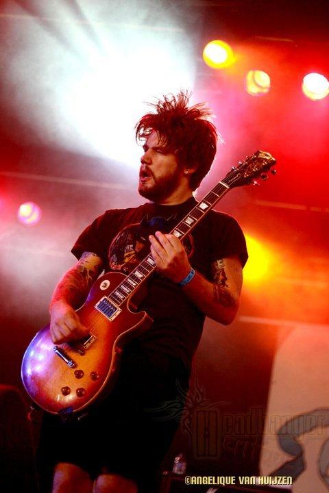 Colorful guitarist - Concertfoto Kvelertak van een optreden in Finland
