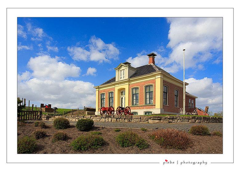 De Batterij in Zoutkamp - Dit prachtig huis staat in Zoutkamp en er staat op De Batterij. Het huis staat vlakbij de haven met een aantal kanonnen voor