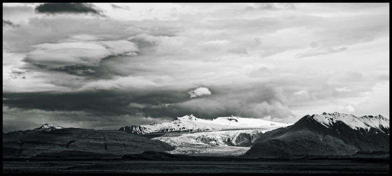Vatnajökull - Een van de vele gletsjers die van de Vatnajökull ijskap op IJsland naar beneden komt. Vanwege de wat grijze weersomstandigheden heb ik d