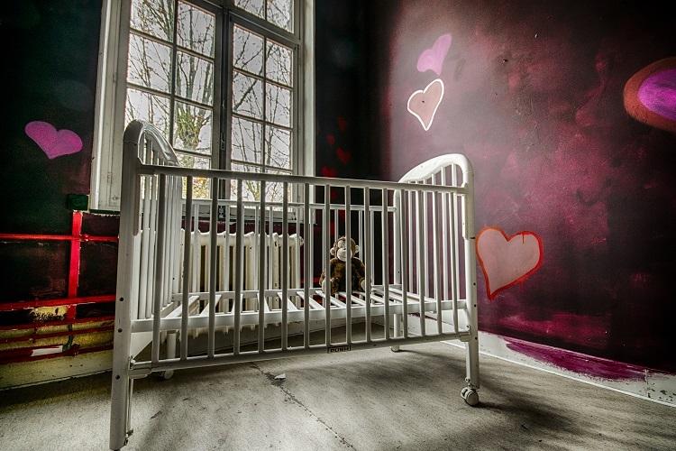 slaap lekker.jpg - Kinderkamer in een oud verlaten psychiatrisch ziekenhuis voor vrouwen