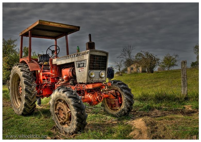Gratis parkeren - HDR-plaat van een geparkeerde oude tractor in het mooie landschap van de France Comté in Frankrijk
