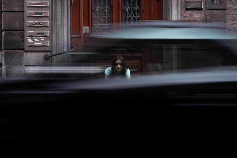 I can still see you. - Op deze foto ben ik zelf trots! Jullie zien hier de jonge vrouw door het raam van de langsrijdende auto. In combinatie met haar