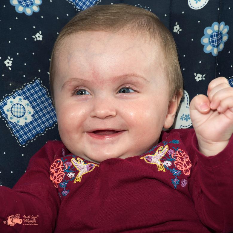 Alweer - 7 maanden geweest onze kleindochter! Beetje bezig met flitsen op de fotoclub!