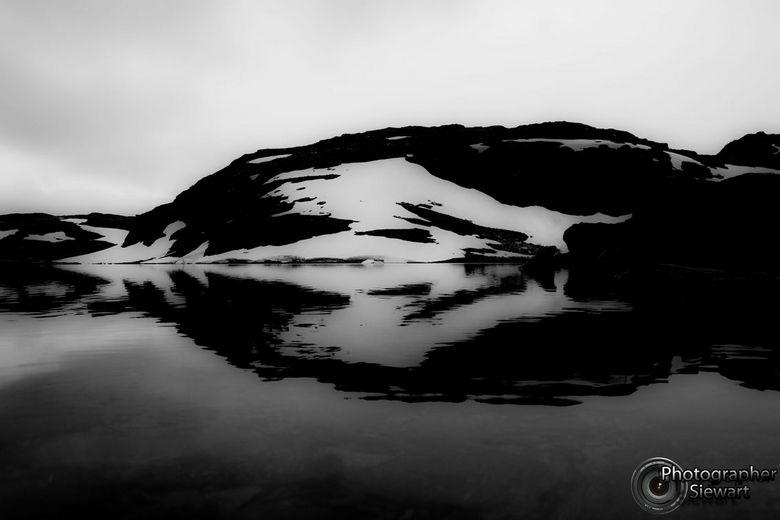 Dragon in snow... - Als je goed kijkt zie je een drakenkop in deze foto door de reflectie in het water. Deze foto heb ik van't zomer in noorwegen