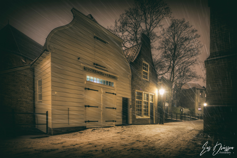 Winter in Gouda - Een Hollands winters tafereeltje in de straten van Gouda. Oude panden en en sneeuw en je waan je terug in de tijd.