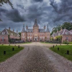 Donkere wolken boven kasteel Renswoude