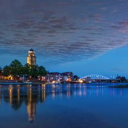 Deventer Skyline met kleine wolken