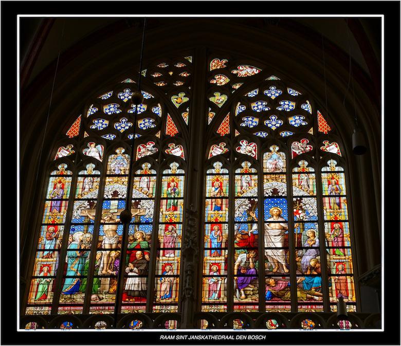 St Jan Den Bosch raam - Het grote zuidelijke transeptvenster heeft als hoofdthema's de Kruisiging en de Verrijzenis des Heren, beide gevat in een