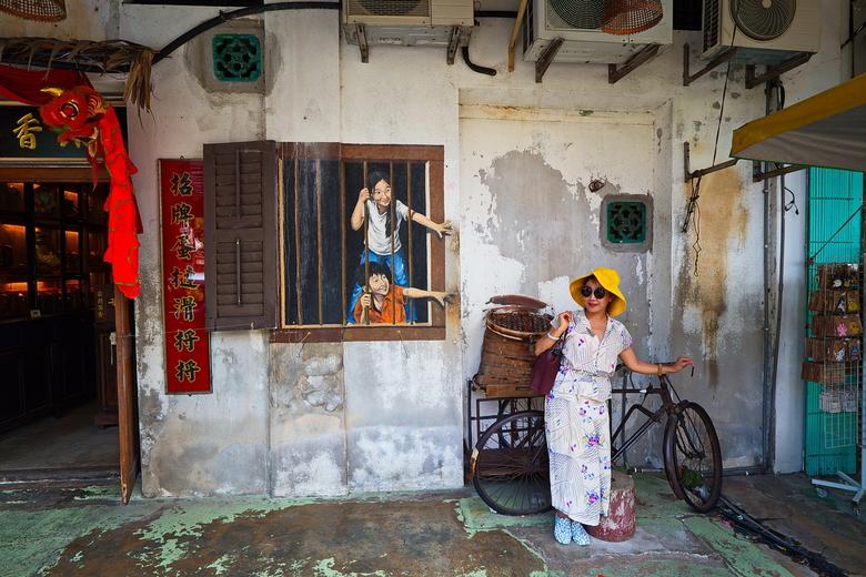 Street Art Penang - Deze dame geeft al poserend de Street Art in Penang nog meer kleur.