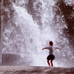 Meisje ontmoet fontein