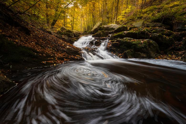 Herfst in de Hoge Venen - Een riviertje in de Belgische Ardennen. Gekozen voor een wat langere sluitertijd om de draaikolk in de voorgrond mooi te kun