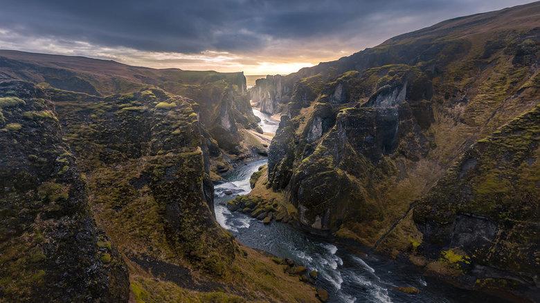 """Fjaðrárgljúfur - Fjaðrárgljúfur , steeds minder toegankelijk voor toeristen ( 300 000 vorig jaar ) , je moet buiten de """" normale"""" uren gaan"""