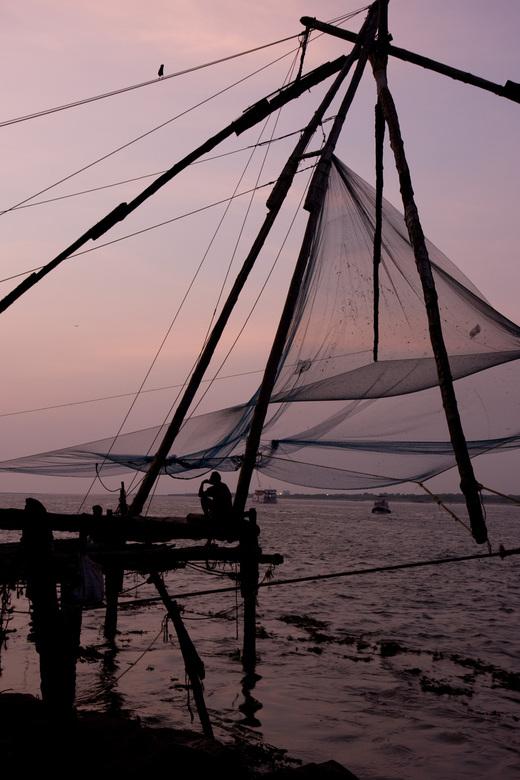 Zonsondergang in Cochi - In Cochi wordt gevist volgens methode waarbij netten te water worden gelaten en dan weer opgetakeld, in de hoop dat ze vol zi