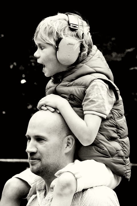 Vader en zoontje genieten van de muziek -