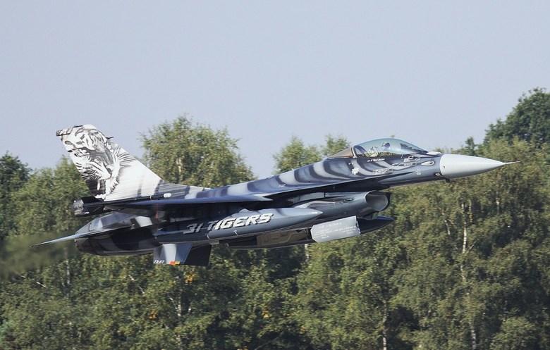 de lucht in !!! - Belgische F-16 in tijger kleuren.