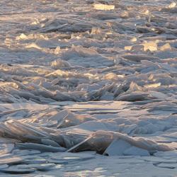 ijsschotsen in de avondzon