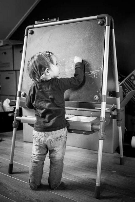 E=mc2 - Mijn dochtertje aan het tekenen op haar schoolbord